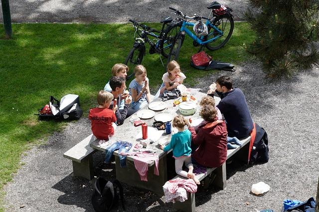 familie-picknick-kinder-essen