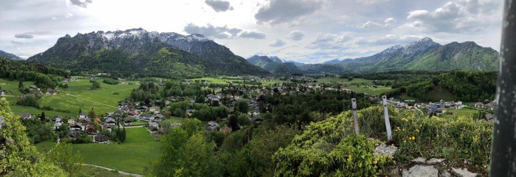 Blick vom Aussichtspodest der Burgruine Plainburg auf Großgmain und das benachbarte Deutschland