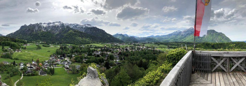 Blick von der Burgruine Plainburg auf die angrenzenden Alpen