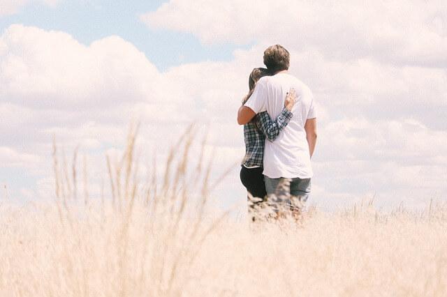 Babysits ermöglicht, dass du wieder Zeit mit deinem Partner genießen kannst, während deine Kinder in gut betreut werden.