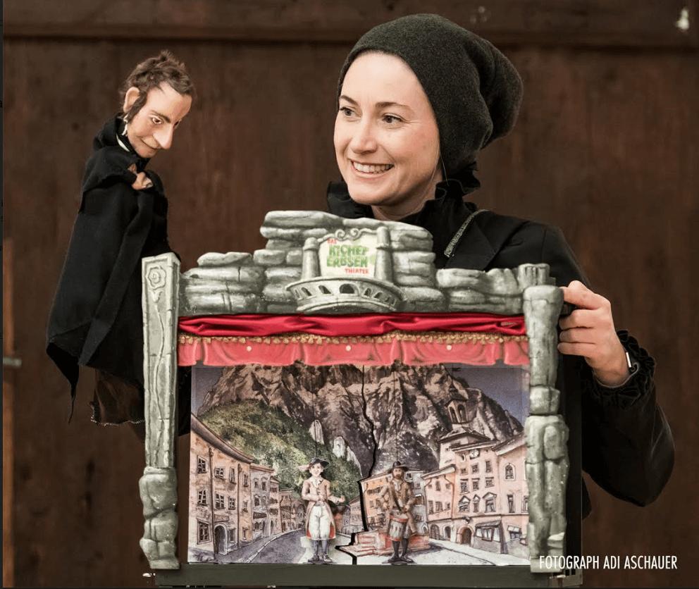 Melanie Eichhorn vom Kichererbsentheater mit ihrer Handpuppe Franz Xaver Gruber und ihrer Bauchladenbühne